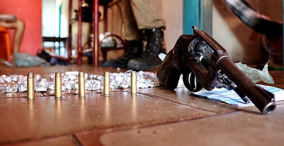 Polícia apreendeu drogas, uma arma e munições na casa. (Foto: Kairo Amaral/TV Clube)