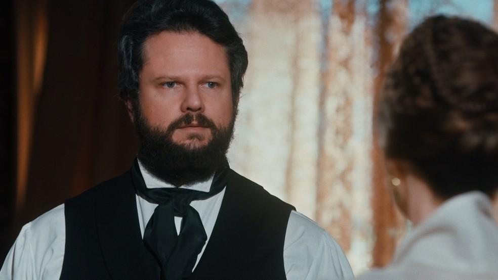 Dom Pedro II (Selton Mello) pergunta o motivo que fez Luísa (Mariana Ximenes) ficar no Brasil em 'Nos Tempos do Imperador' — Foto: Globo