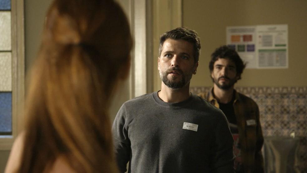Gabriel (Bruno Gagliasso) chega ao hospital em Greenville, na novela 'O Sétimo Guardião' — Foto: TV Globo