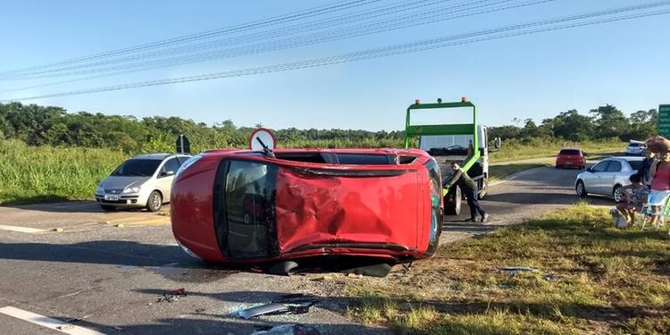 Acidente na BR-316 deixa carro capotado no trevo de Santa Maria do Pará - Notícias - Plantão Diário