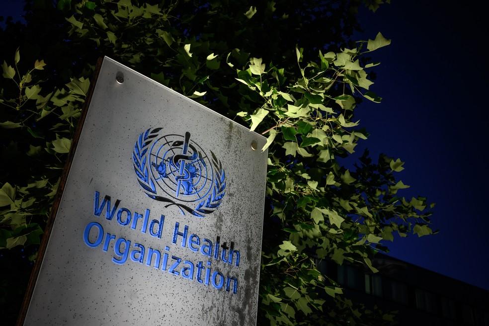 Foto tirada em 29 de maio de 2020 mostra o letreiro da sede da Organização Mundial de Saúde (OMS) em Genebra, na Suíça — Foto: Fabrice Coffini/AFP