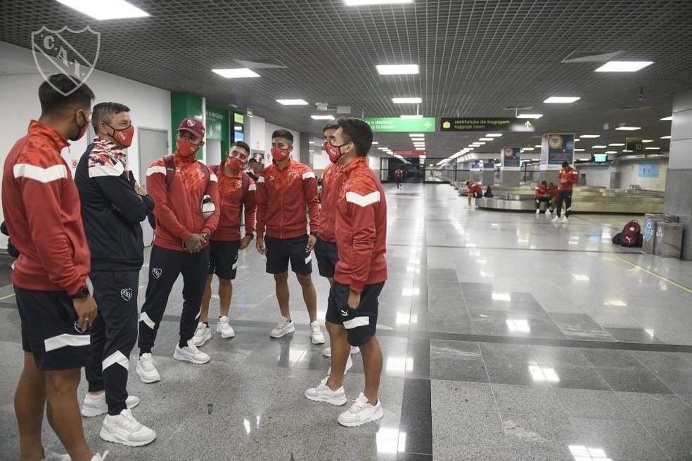 Jogadores do Independiente no Aeroporto de Salvador — Foto: Divulgação / Independiente