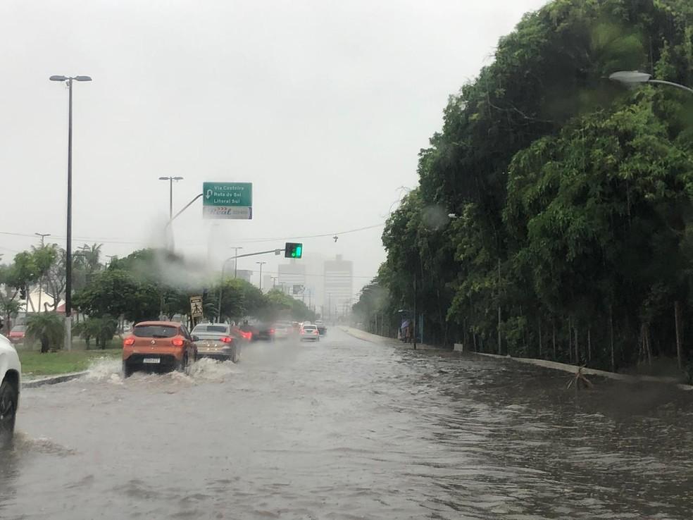 Avenida Engenheiro Roberto Freire, na Zona Sul de Natal, tem pontos de alagamento — Foto: Cedida
