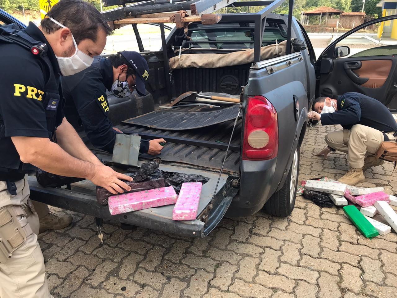 PRF apreende 65 quilos de maconha escondidos nas laterais, tampa traseira e painel de carro em Montes Claros