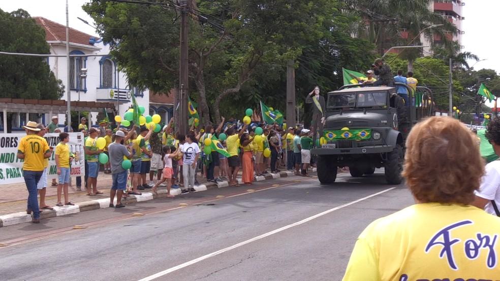 Em Foz do Iguaçu, protesto pró-governo na manhã deste domingo (15)  — Foto: Vinicius Machado/ RPC Foz do Iguaçu
