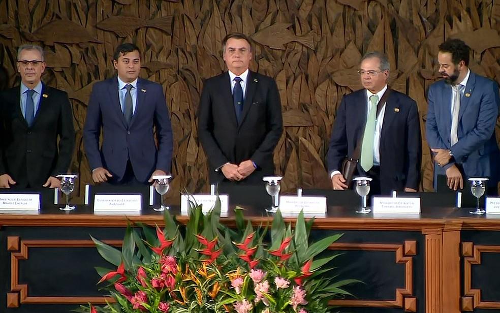 Presidente Jair Bolsonaro em solenidade no Colégio Militar da Polícia Militar do Amazonas, em Manaus, nesta quinta-feira (25) — Foto: Rodrigo Carneiro/Rede Amazônica