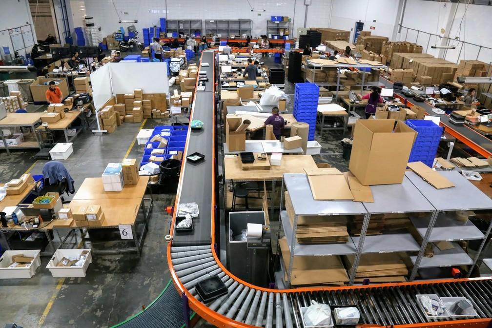 Setor de empacotamento de empresa especializada em entregas de lojas virtuais (Foto: Divulgação)