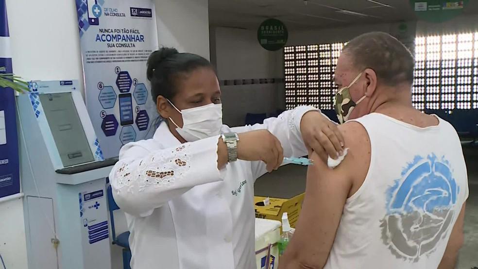Vacina contra a Covid-19 é aplicada em Jaboatão dos Guararapes, no Grande Recife — Foto: Reprodução/TV Globo