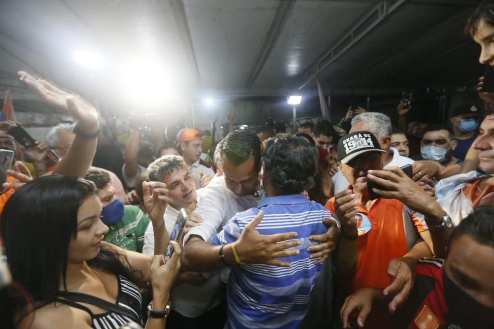 Vitor Valim recebeu o carinho de eleitores após a vitória — Foto: Kid Júnior