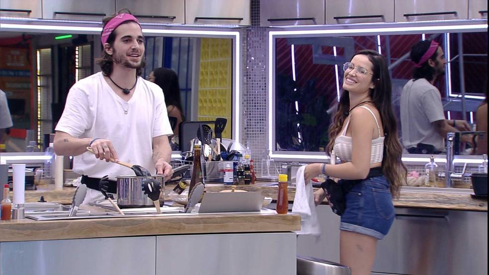 Sarah avisa Juliette que Fiuk vai dormir com elas e sister brinca: 'Você está de qual lado?' — Foto: Globo