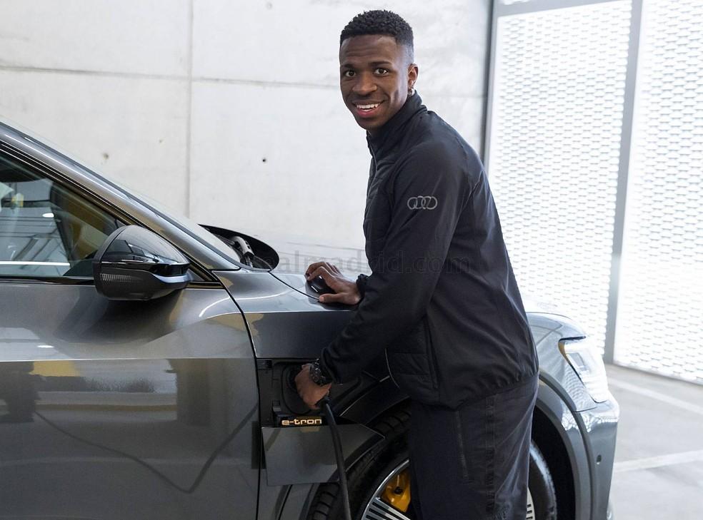 Vini Jr. abastece carro, que é movido a energia elétrica  — Foto: Divulgação/Real Madrid