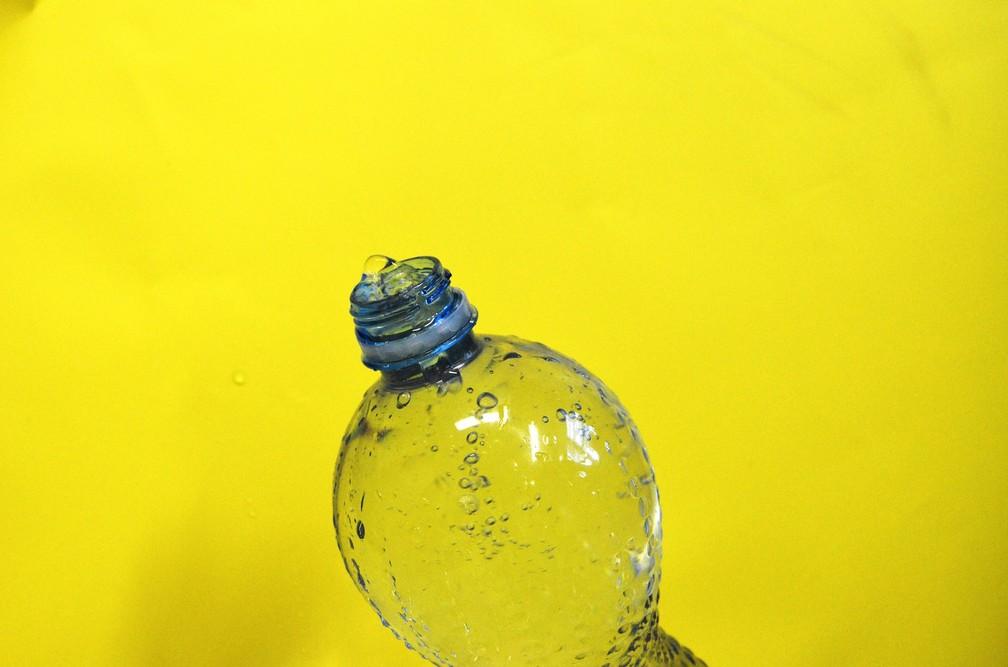 A pergunta que fica é: é seguro beber essas minúsculas partículas de plástico? Os cientistas ainda não sabem (Foto: techmania/Pixabay)