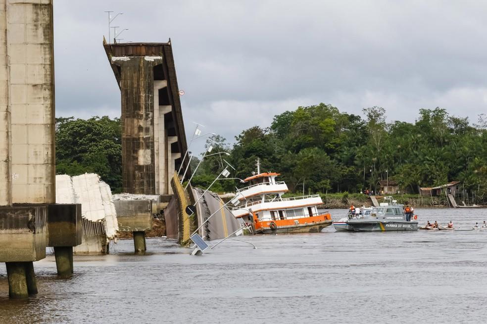 Marinha e Corpo de Bombeiros lideram os trabalhos de busca por possíveis vítimas de acidente em ponte paraense. — Foto: Secom / Divulgação