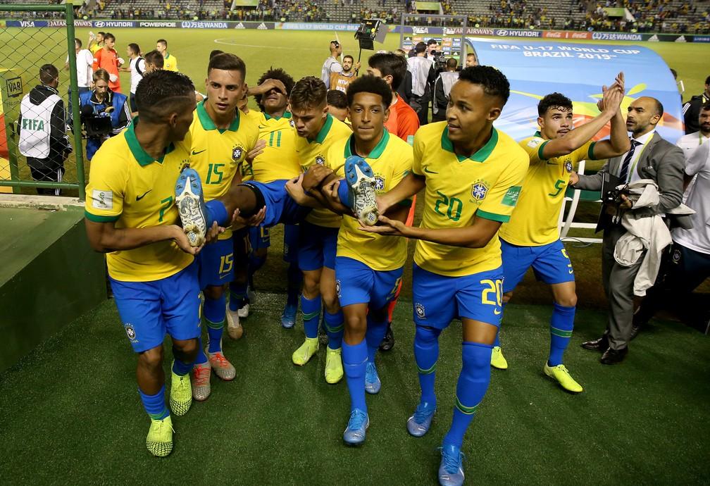 Talles Magno saiu carregado pelos companheiros do gramado do Bezerrão — Foto: Buda Mendes/FIFA via Getty Images