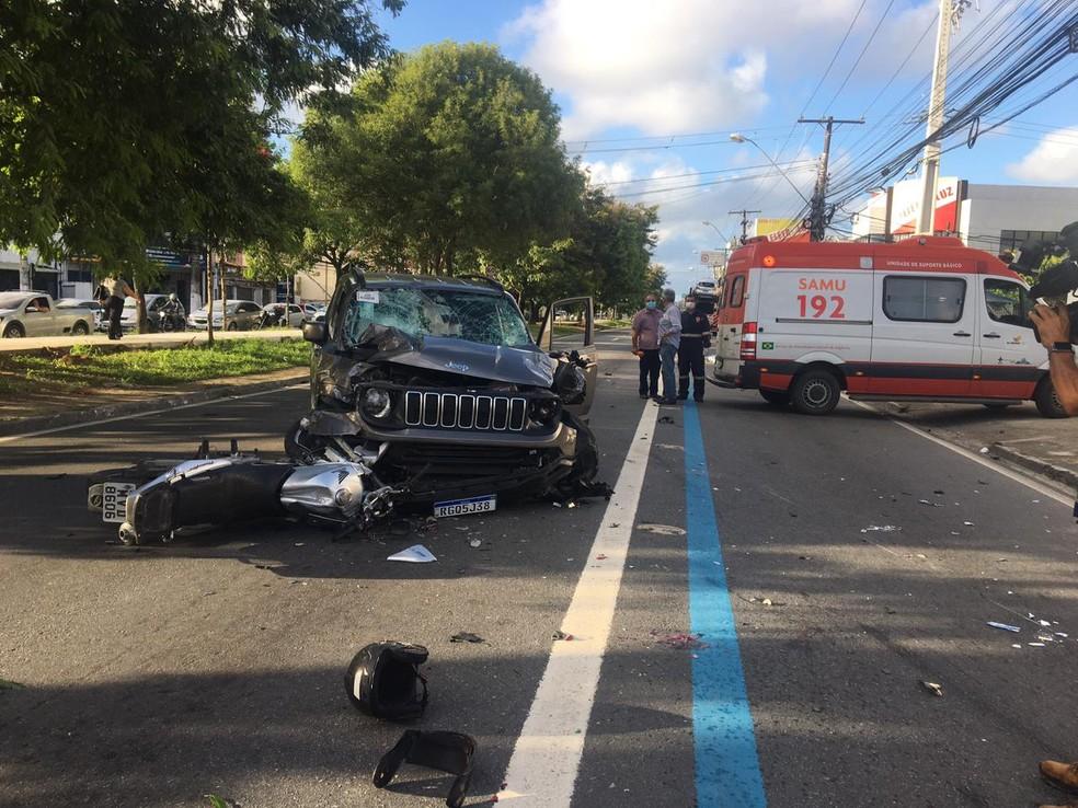 Samu foi acionado para socorrer vítimas de acidente na Avenida Fernandes Lima, em Maceió — Foto: Douglas Lopes/TV Gazeta