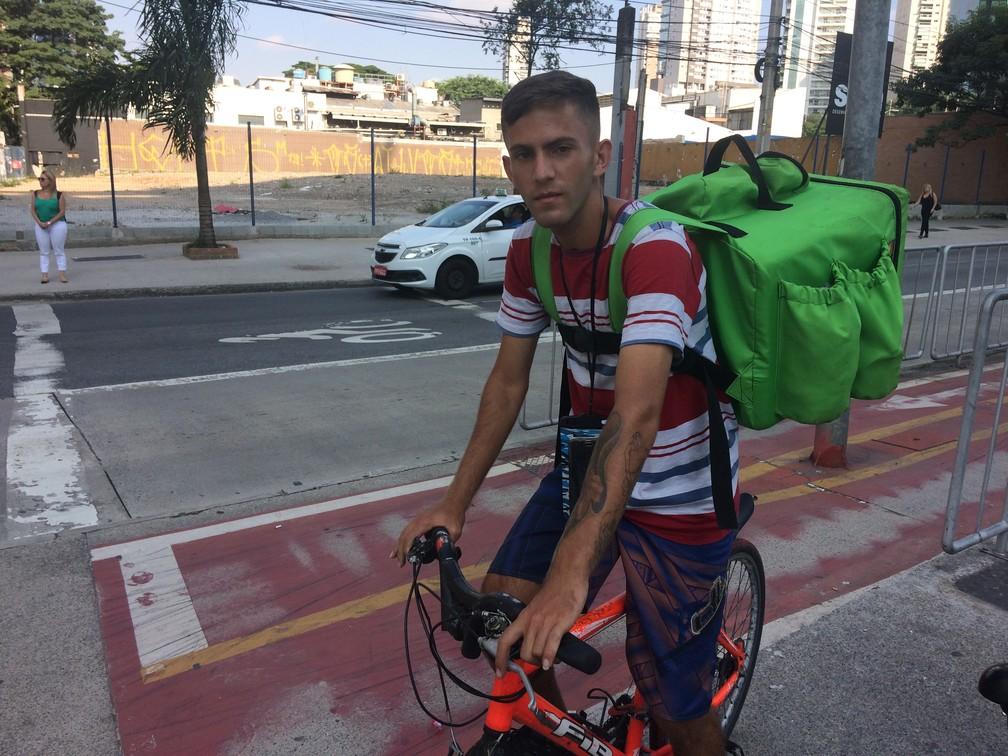 Rafael Cruz, de 20 anos, fez o registro de MEI para trabalhar como bikeboy, em São Paulo, após cair no desemprego. — Foto: Darlan Alvarenga/G1