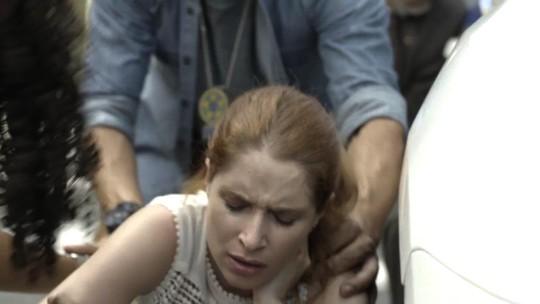 Mônica é baleada em frente à delegacia
