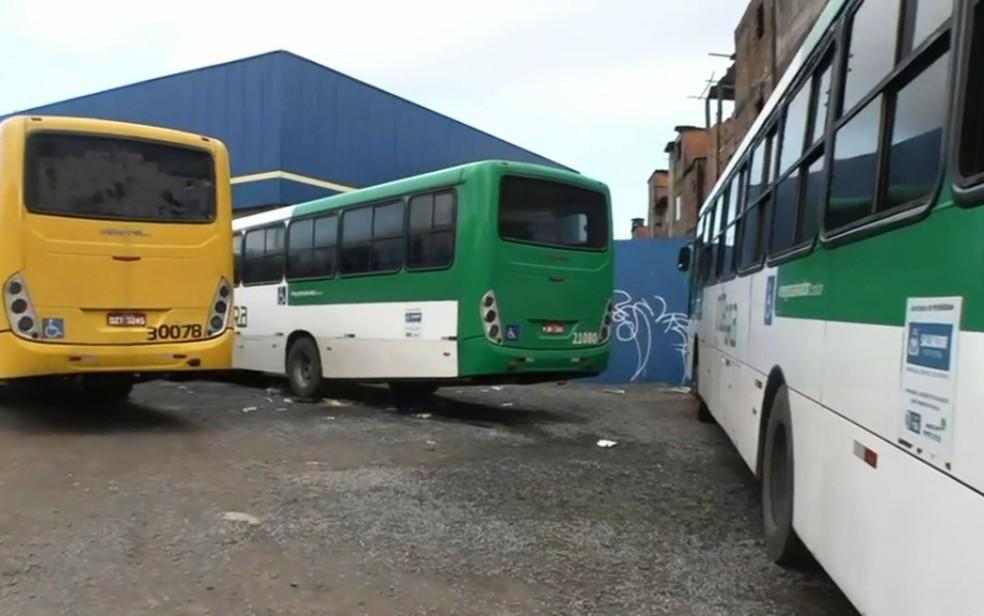 Passageiros de ônibus foram assaltados em pontos diferentes de Salvador nesta quarta-feira (26) — Foto: Reprodução/TV Bahia