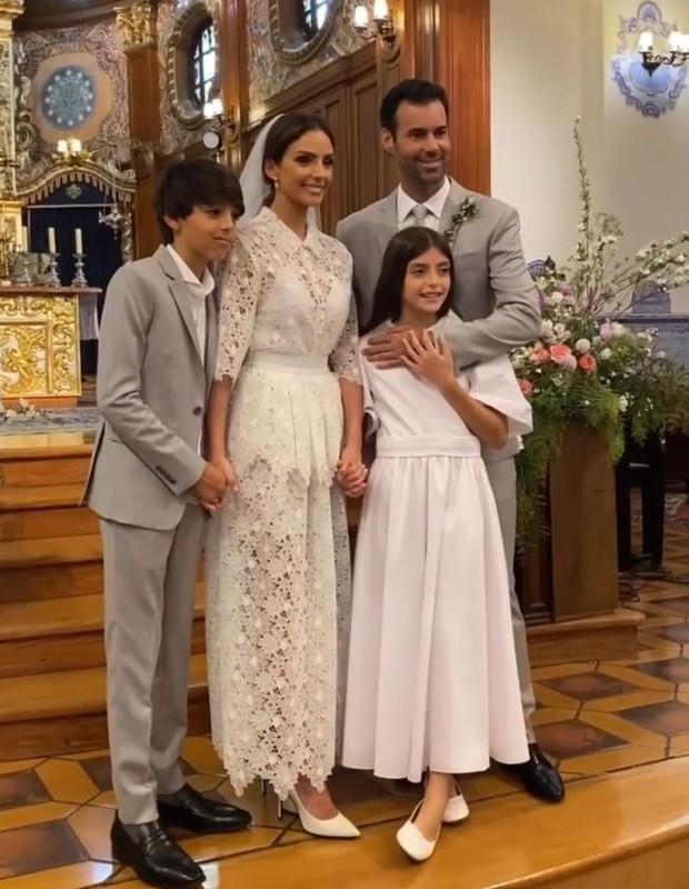 Carol Celico com os filhos, Luca e Isabella, e o noivo, Eduardo Scarpa (Foto: Reprodução/Instagram)