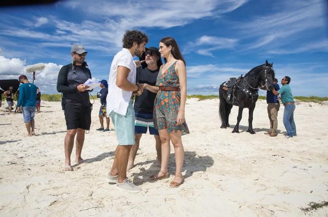 José Condessa e Juliana Paiva gravam 'Salve-se quem puder' em Cancún (Foto: João Miguel Júnior/ TV Globo)