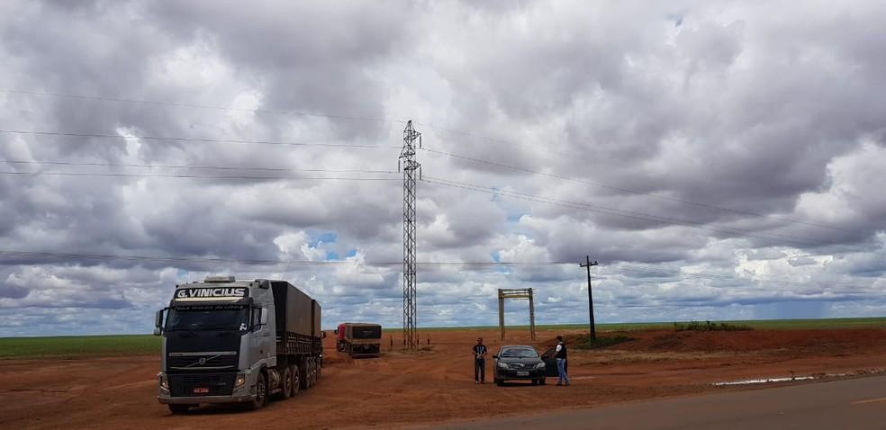 Cargas de três caminhões carregados com milho foram apreendidas em Sapezal — Foto: Polícia Civil de Mato Grosso/Assessoria