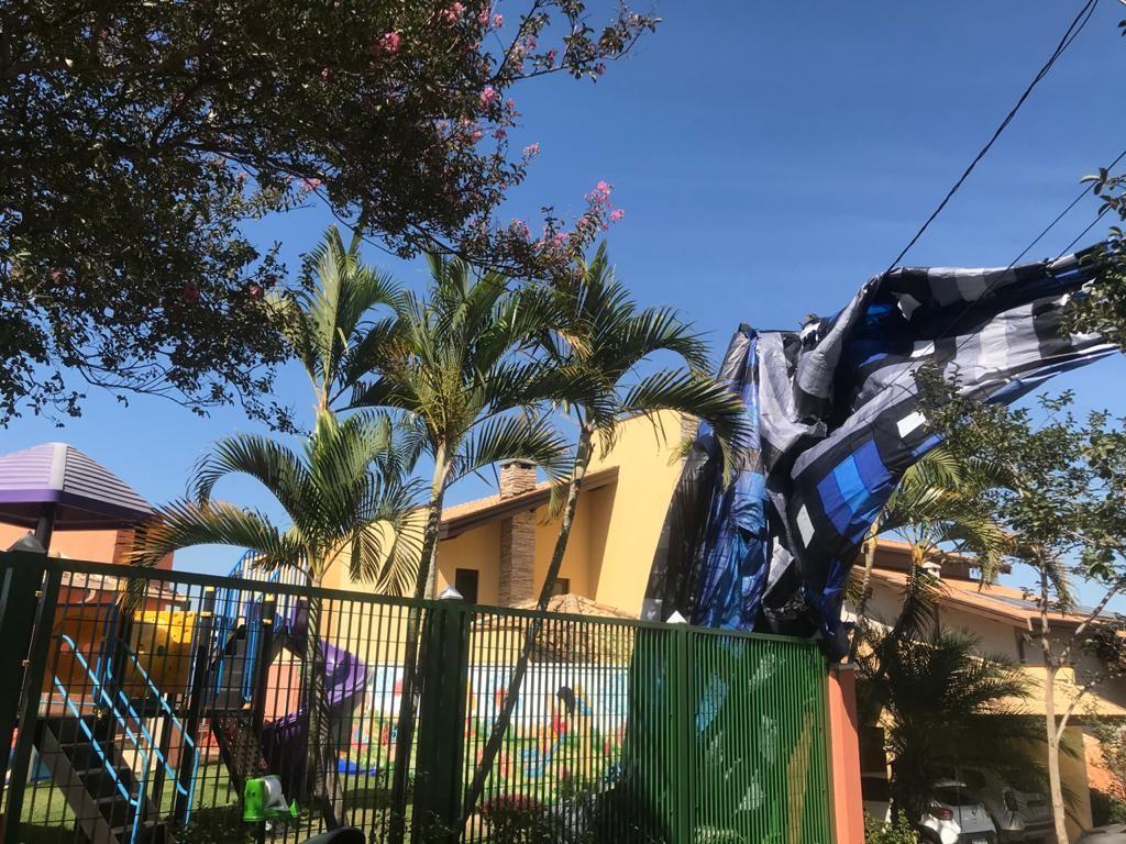 Balão cai dentro de condomínio em Campinas e causa queda de energia