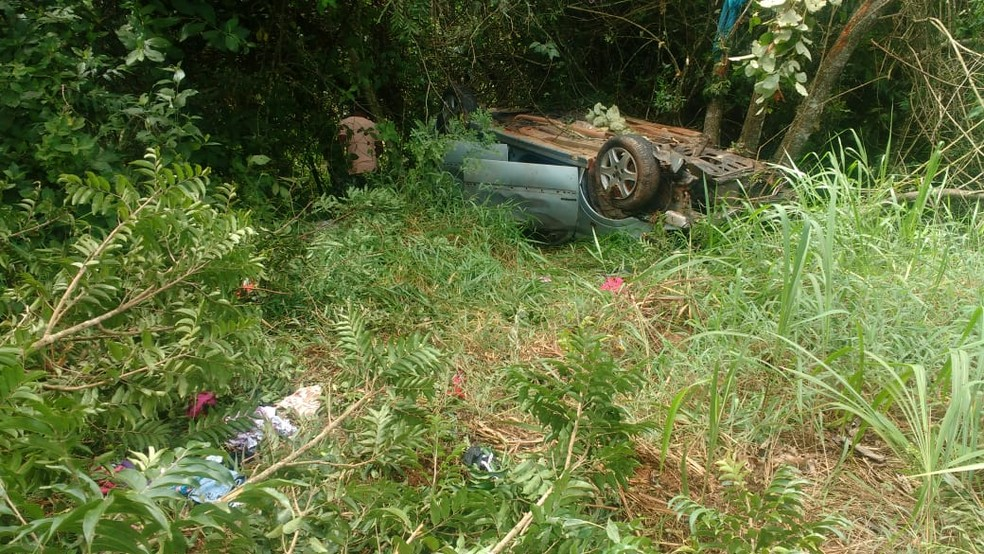 Bebê de 3 meses morre após carro cair em barranco em Santana da Vargem — Foto: Equipe Positiva