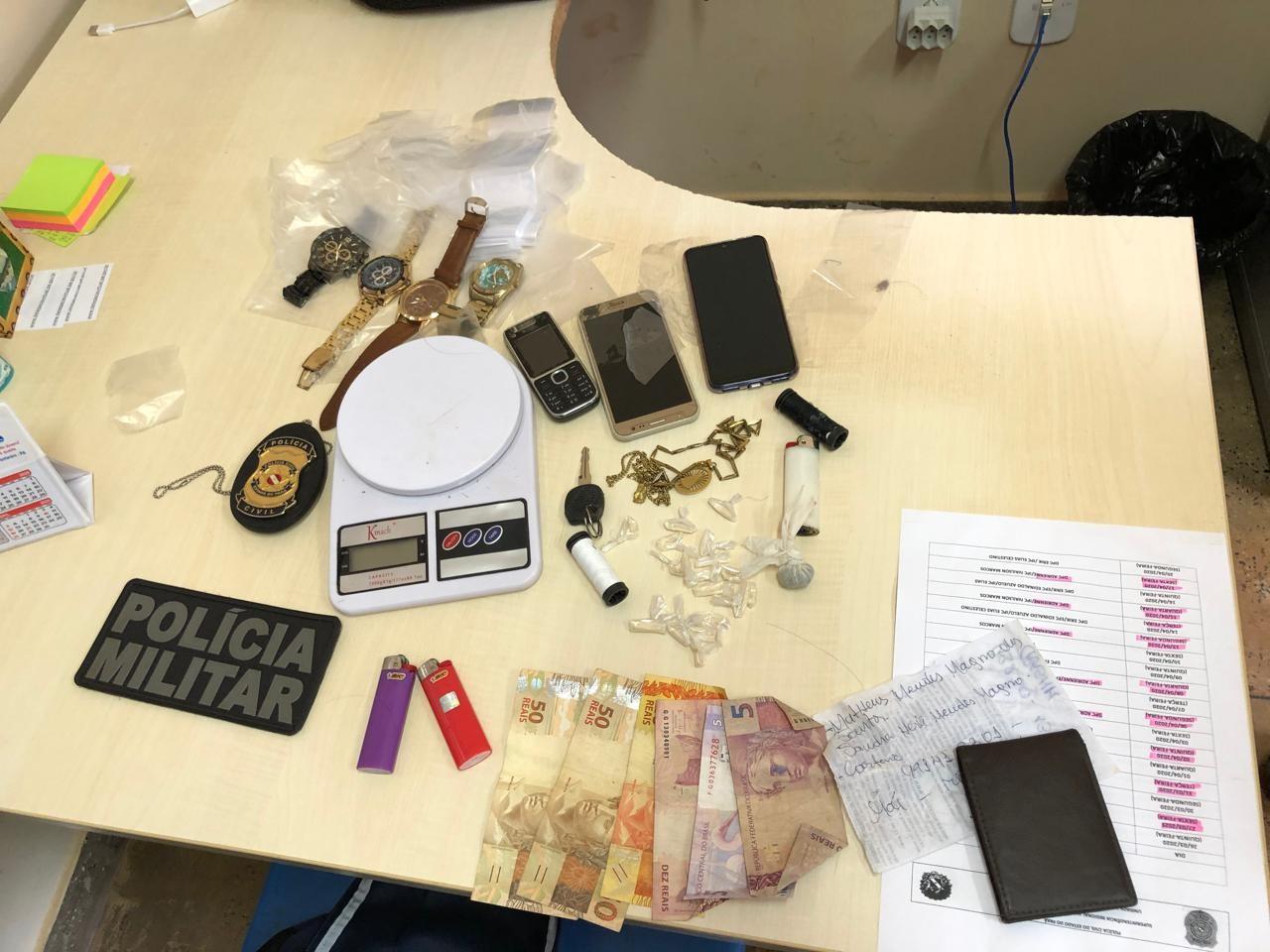 Homem é preso por tráfico após polícia encontrar mochila com cocaína e maconha