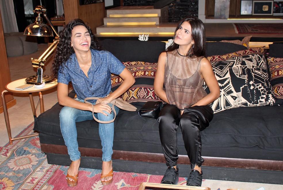 Giovana e Antonia se divertem no intervalo das gravações (Foto: TV Globo)