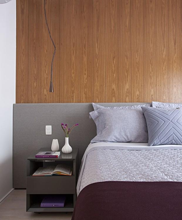 Tudo em nome do conforto: a cama tem cabeceira de tecido aplicada sobre o painel de freijó que cobre toda a parede (Foto: Gui Morelli/Divulgação Produção: Núria Uliana)
