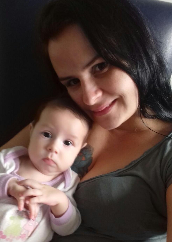 Janaína com a filha, Valentina Tomé, que sofre de AME (Foto: Janaína Tomé/Arquivo pessoal)