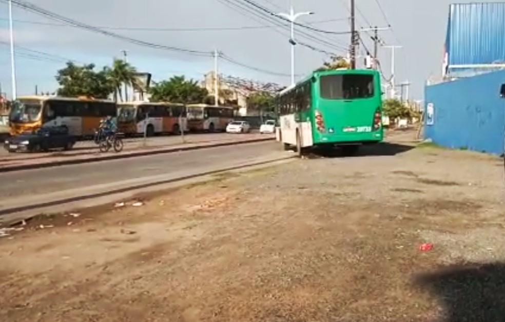 Ônibus foi assaltado por dois homens, na altura da sede do Detran — Foto: Cid Vaz/TV Bahia