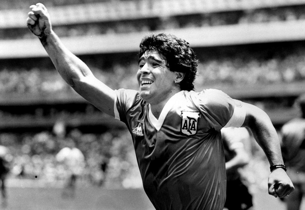 Diego Maradona comemora após marcar seu gol da vitória contra a Inglaterra na semifinal da Copa do Mundo no México, em 22 de junho de 1986 — Foto: Ted Blackbrow/Pool/Reuters/Arquivo