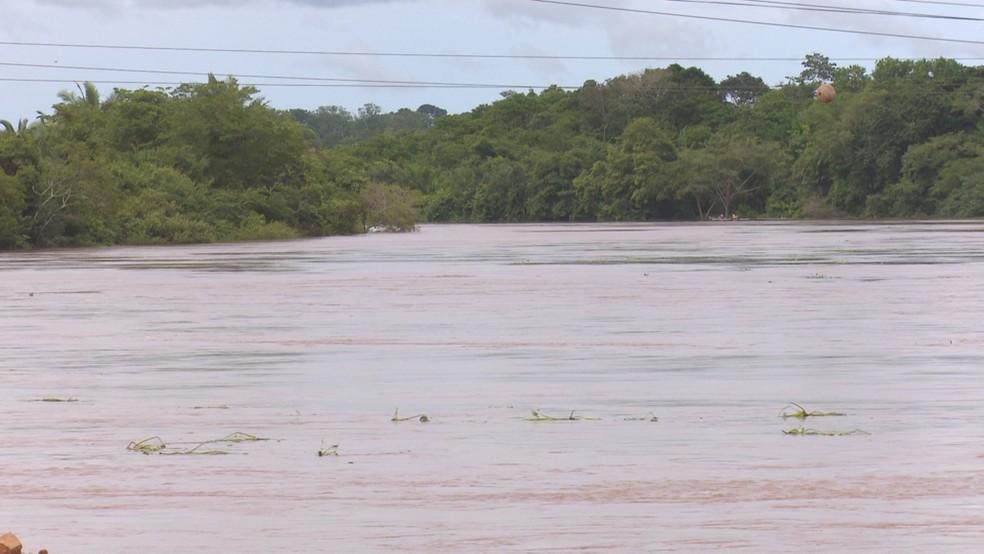 Água do rio Machado afeta várias famílias — Foto: Rede Amazônica/Reprodução