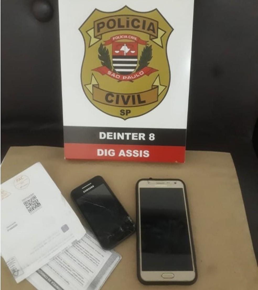 Durante os trabalhos de buscas foram apreendidos aparelhos de celulares e documentos do suspeito — Foto: Polícia Civil/Divulgação