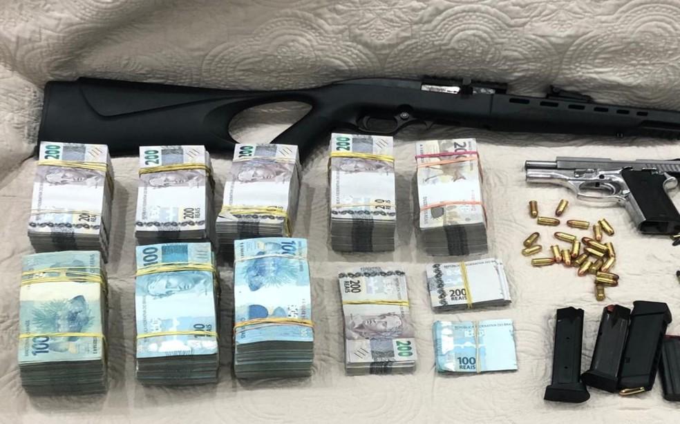 Armas, munições e uma quantia vultuosa em cédulas, totalizando R$ 650 mil, foram localizados em imóvel do irmão do prefeito de Embu das Artes (SP), Ney Santos — Foto: Divulgação/SSP