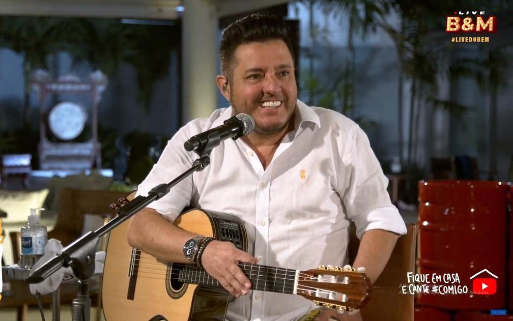 Bruno canta durante live de Bruno e Marrone — Foto: Reprodução/YouTube/Bruno e Marrone