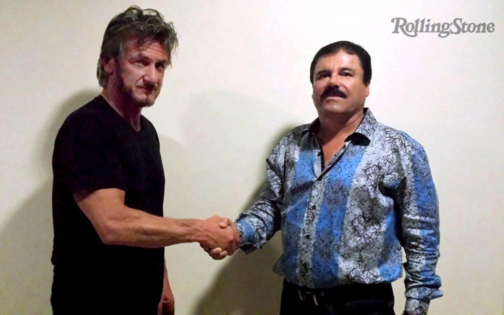 O ator e ativista Sean Penn posa em cumprimento com o traficante mexicano Joaquin 'El Chapo' Guzman, em foto não datada divulgada pela revista 'Rolling Stone' no domingo (10). A revista publicou uma entrevista que Penn fez com o contrabandista — Foto: Reuters/Rolling Stone