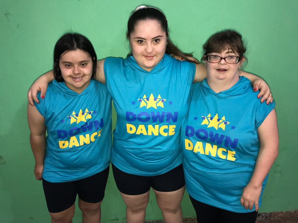 Luísa Schenke (ao centro), dançarina do grupo de síndrome de Down de Limeira que vai para a Argentina — Foto: João Baxega