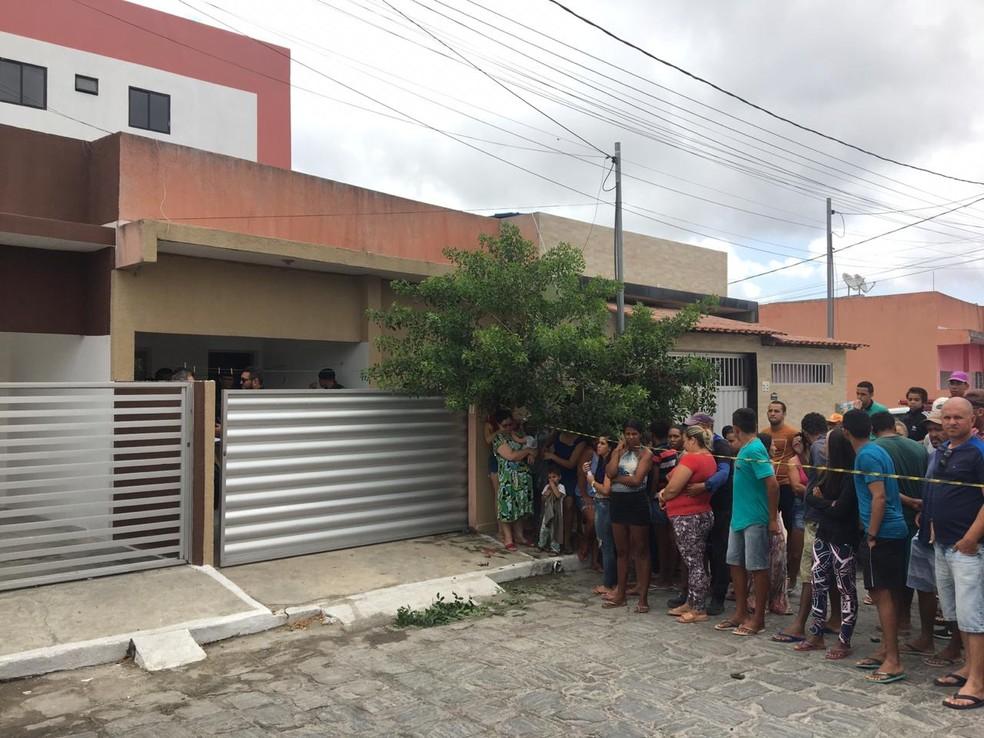 Homem e mulher são encontrados mortos lado a lado dentro de casa em Puxinanã, PB — Foto: Felipe Valentim/TV Paraíba