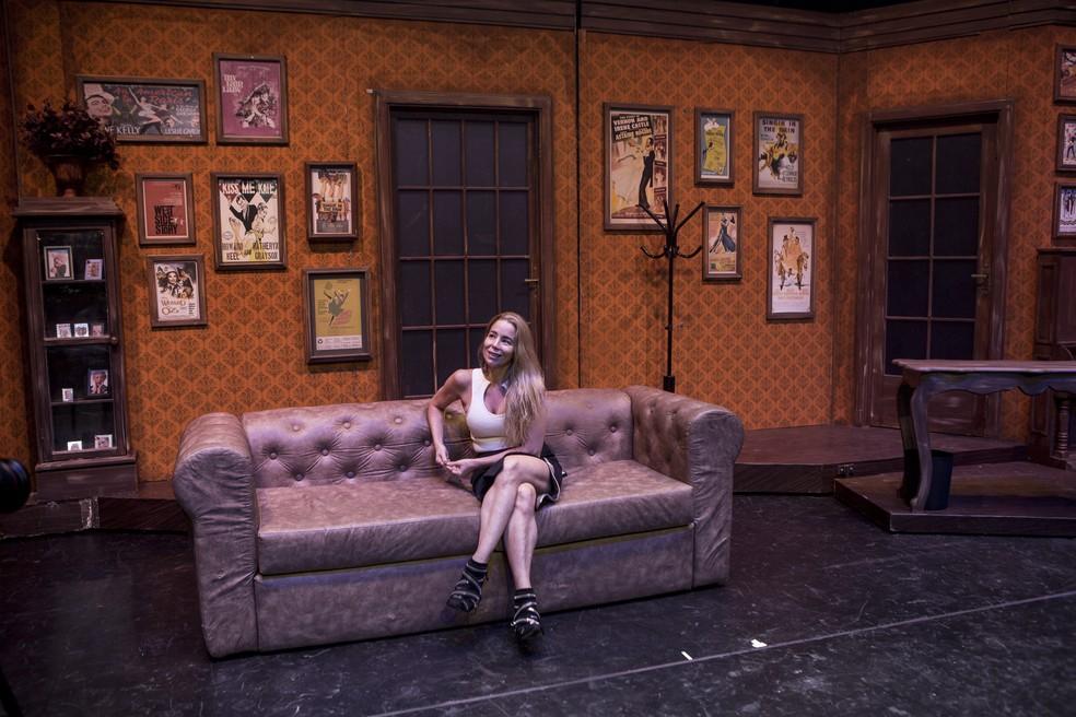 No cenário de sua personagem no musical 'Os Produtores', Danielle Winits fala sobre a carreira no teatro (Foto: Isabella Pinheiro/Gshow)