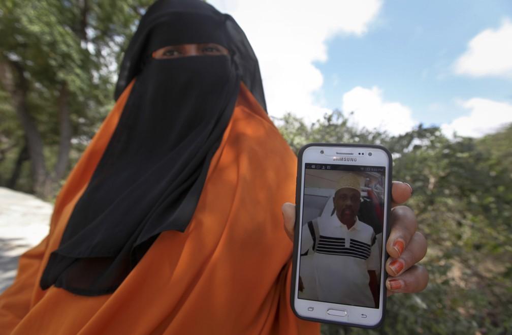 Hodan Ali mostra foto de seu irmão, desaparecido após ataque em Mogadíscio (Foto: AP Photo/Farah Abdi Warsameh)