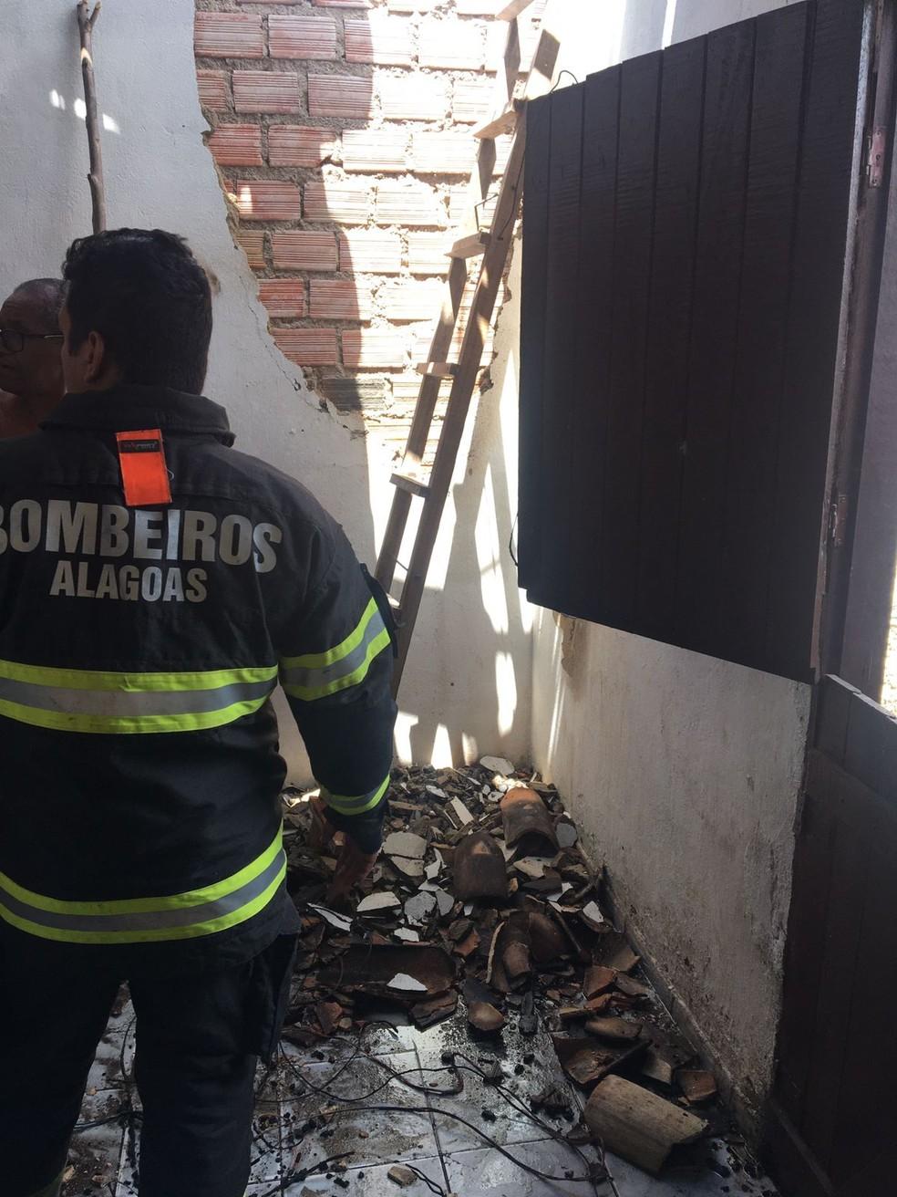Bombeiros foram acionados para apagar incêndio provocado por vazamento de gás em residência em Matriz de Camaragibe, AL — Foto: CBM-AL