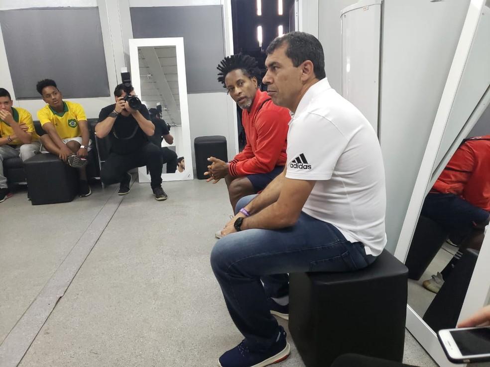 Fábio Carille em evento ao lado do ex-jogador Zé Roberto — Foto: Futpress/Divulgação