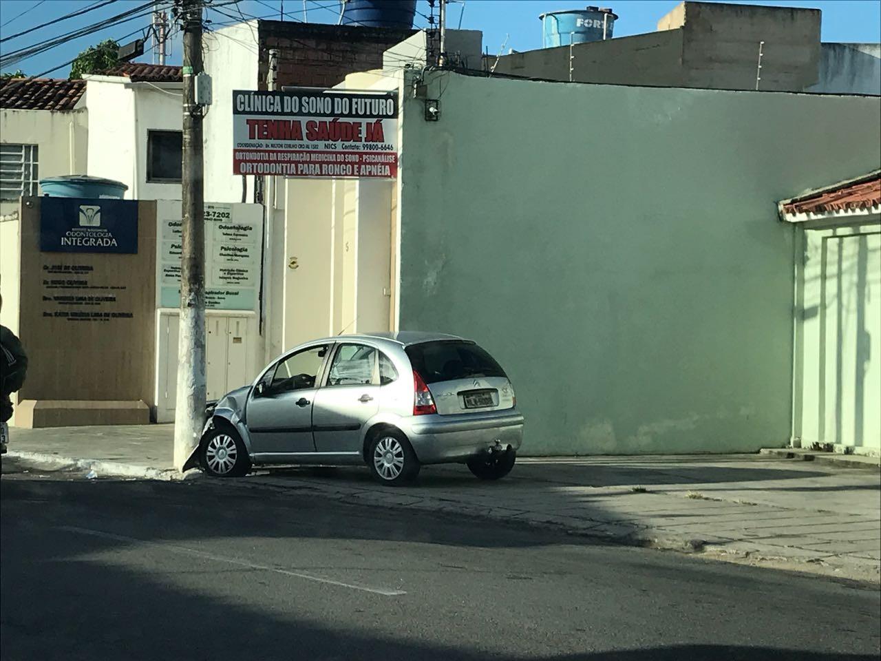 Motorista perde controle de carro, invade a calçada e bate em poste no Farol, em Maceió