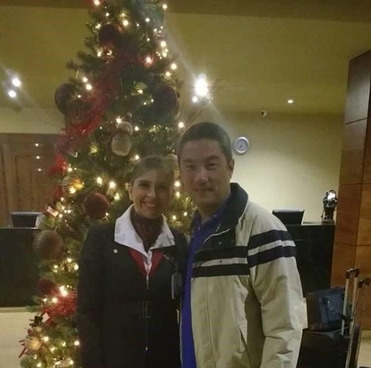 A comissária de voo Adriana passou o Natal de 2017 com o marido em Bogotá (Foto: Arquivo pessoal)