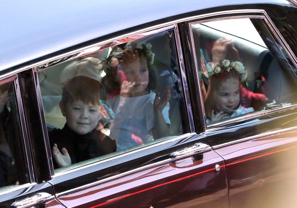 WINDSOR, UNITED KINGDOM - MAY 19:  Princess Charlotte (R) and page boy Jasper Dyer arrive for the wedding ceremony of Britain's Prince Harry and US actress Meghan Markle at St George's Chapel, Windsor Castle on May 19, 2018 in Windsor, England. (Photo by  (Foto: Getty Images)