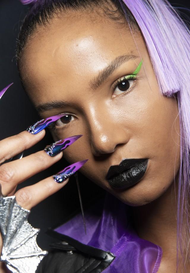O batom preto ganha ar pop e 80's com o delineador em tom neon, como na proposta do verão 2019 da The Blonds (Foto: Imaxtree)