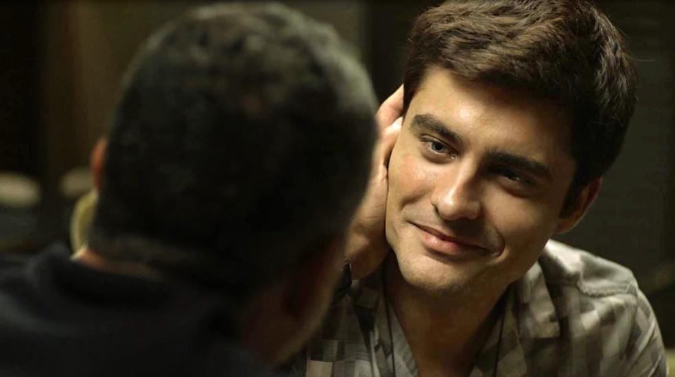 Leandro (Guilherme Leicam) fica radiante com pedido de casamento de Agno (Malvino Salvador), em 'A Dona do Pedaço' — Foto: Globo