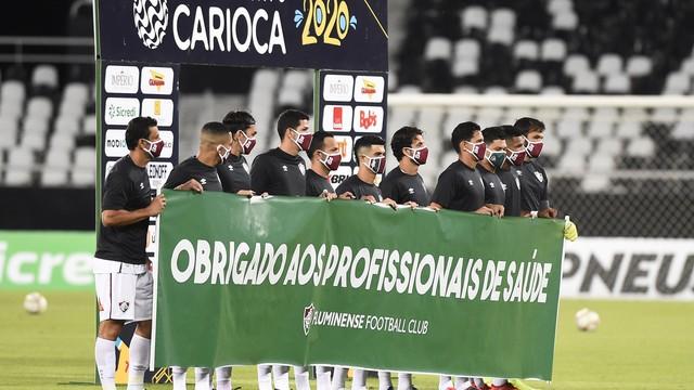 De camisa preta, jogadores do Fluminense fazem homenagem aos médicos